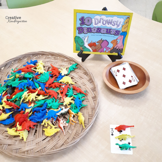 Simple math center provocation for kindergarten. Number sense skills, number recognition and one-to-one correspondance using cards and dinosaur counters.